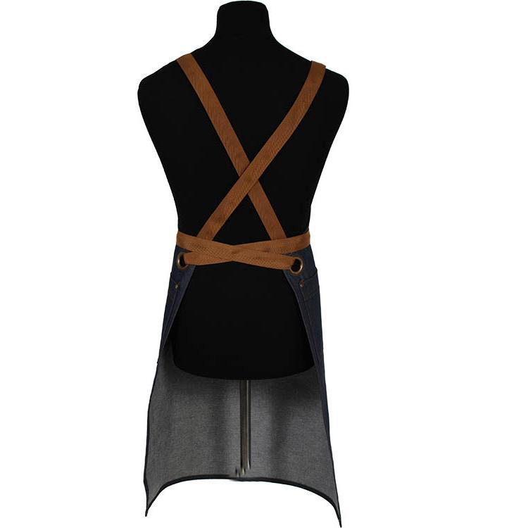 Denim schort met drie vakken en drie setjes kruisbanden in zwart, cognac en oranje.